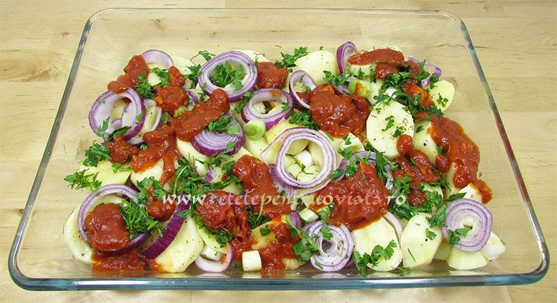 Reteta de peste la cuptor cu cartofi si rosii - legumele puse in tava