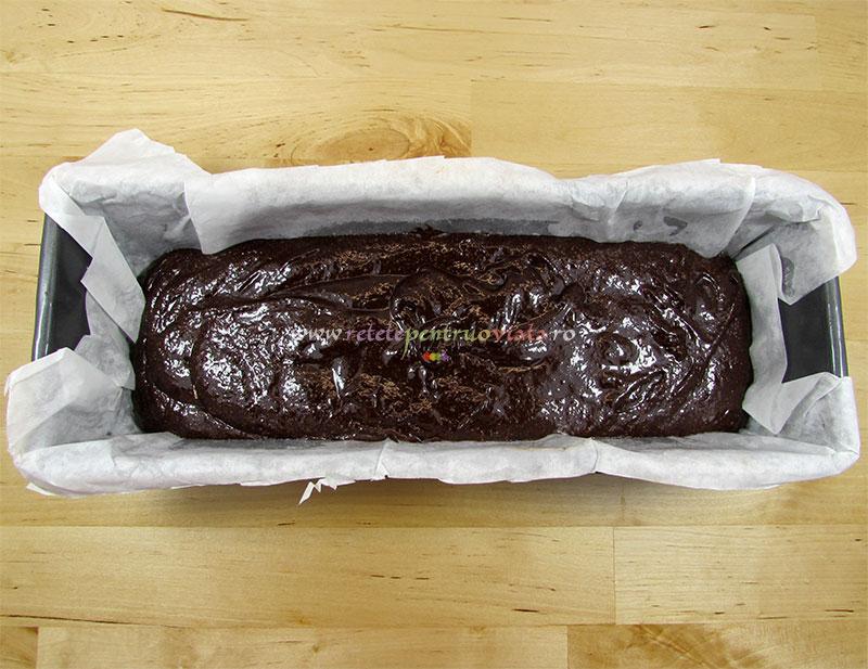 Chec cu ciocolata in tava (inainte de copt)