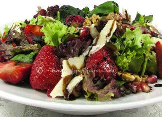 Reteta Salata de Cruditati cu Fructe, Nuci si Parmezan