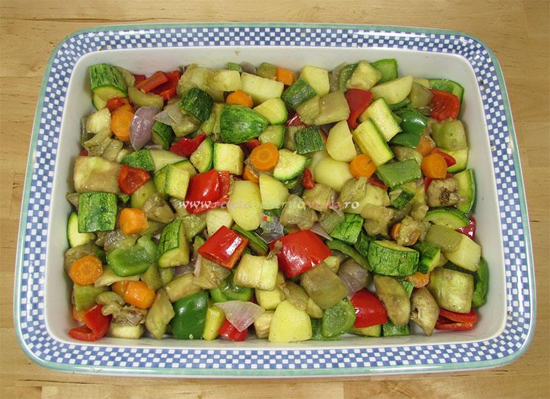 Reteta de ghiveci de legume la cuptor cu branza feta - pasul 5a - punem legumele in tava
