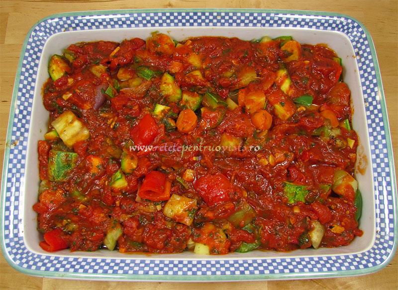 Reteta de ghiveci de legume la cuptor cu branza feta - pasul 5b - adaugam sosul de rosii