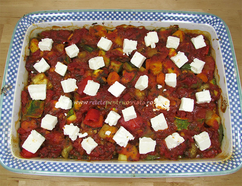 Reteta de ghiveci de legume la cuptor cu branza feta - pasul 7a - adaugam branza feta